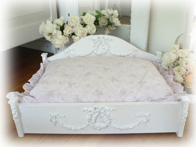 Jewel Pet Bed w/Wreaths and Swags of Roses